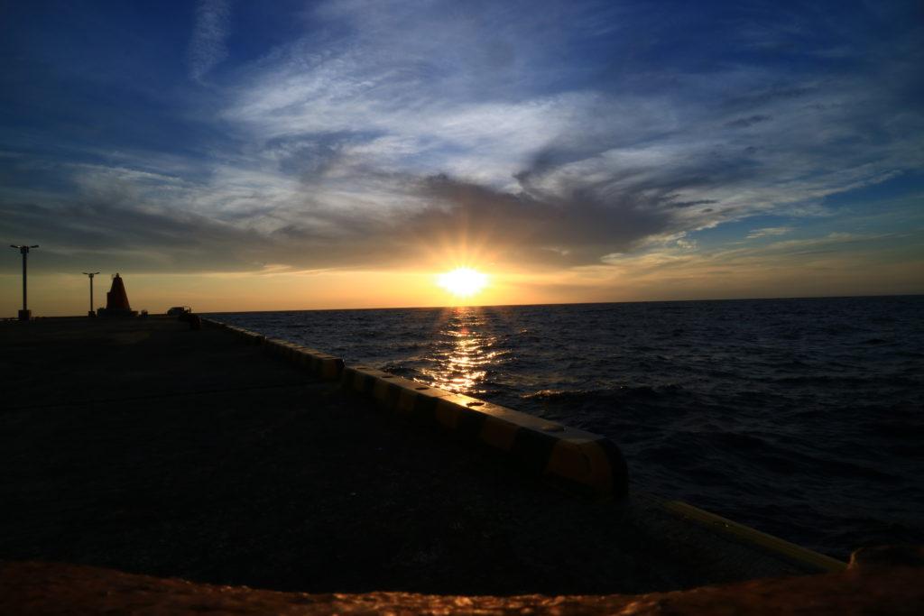 神津島の前浜海岸から見る夕陽