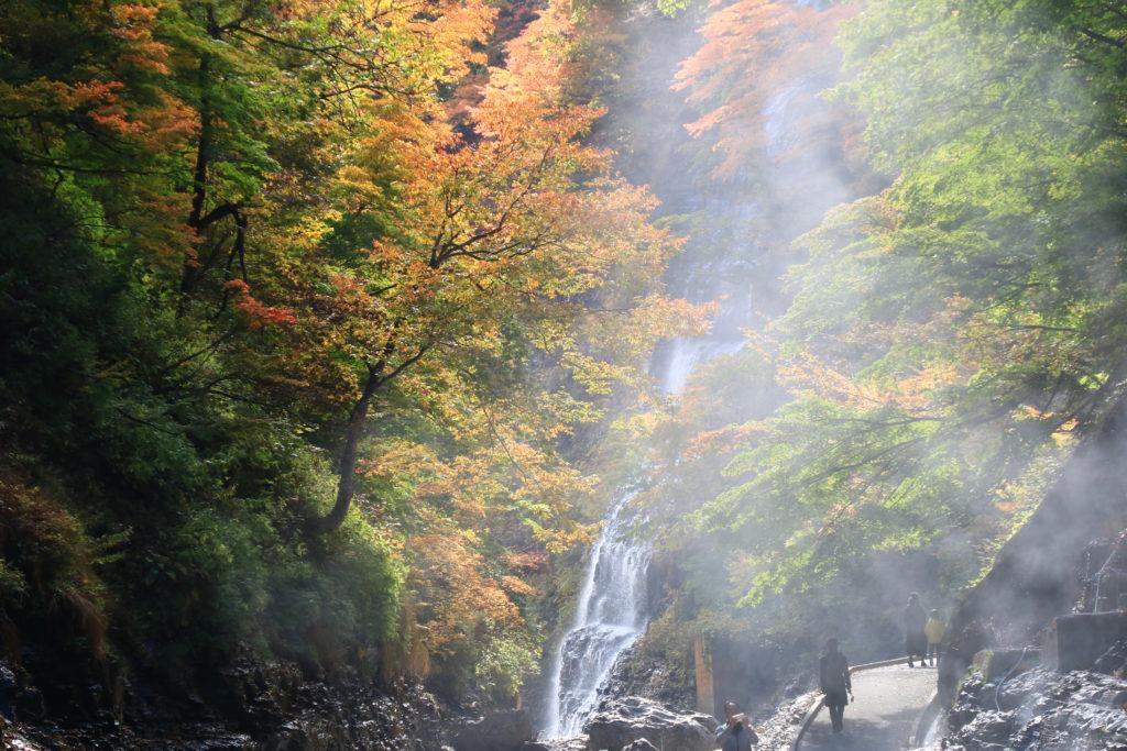 秋田県湯沢市小安峡の紅葉と大噴湯