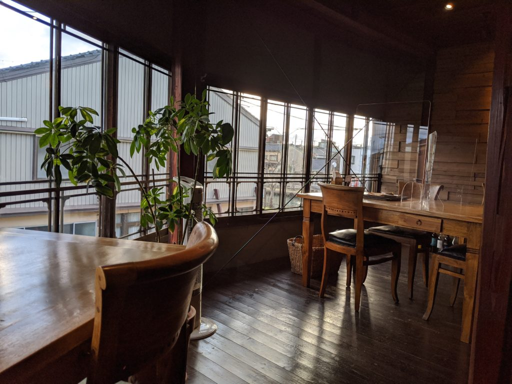 富山県射水市新港のおしゃれカフェ「六角堂」の店内紹介