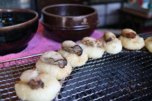 宮島の牡蠣グルメ「ぺったらぽったら本舗」の牡蠣焼きおにぎり