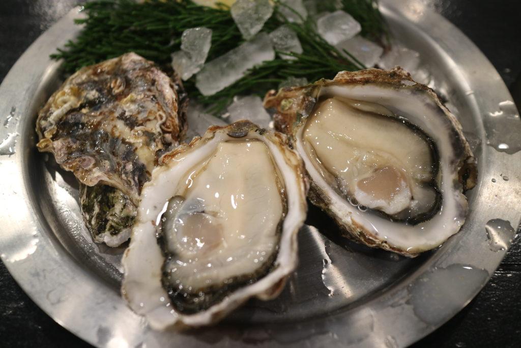 宮島でおすすめの牡蠣屋の生牡蠣