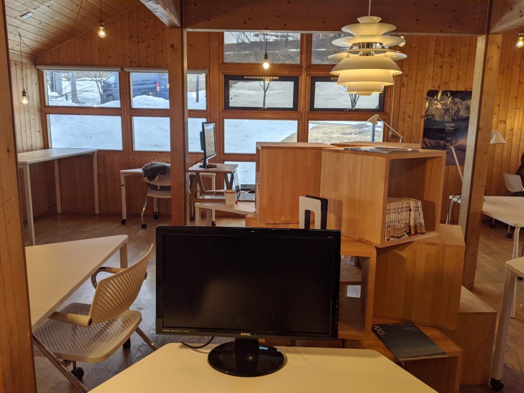 白馬でのノマド・ワーケーションにおすすめのカフェ(ノルウェービレッジ)の店内写真