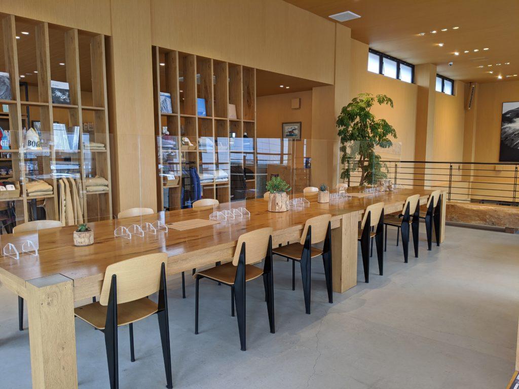 白馬でのノマド・ワーケーションにおすすめのカフェ(THE NORTH FACE CAFE)店内の写真