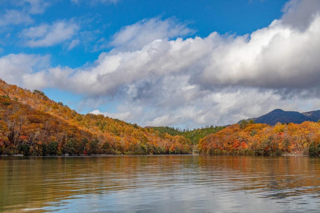 志賀高原の琵琶池の紅葉リフレクションがきれい
